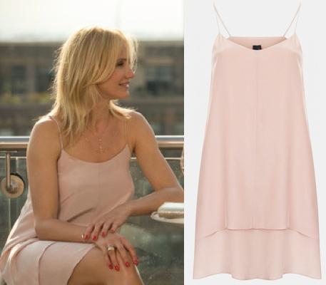 Toát lên vẻ nữ tính với đầm dây spaghetti chất liệu lụa cao cấp 2 lớp màu hồng nude của Topshop. Trang sức đi kèm là dây chuyền của Lana Jewelry.