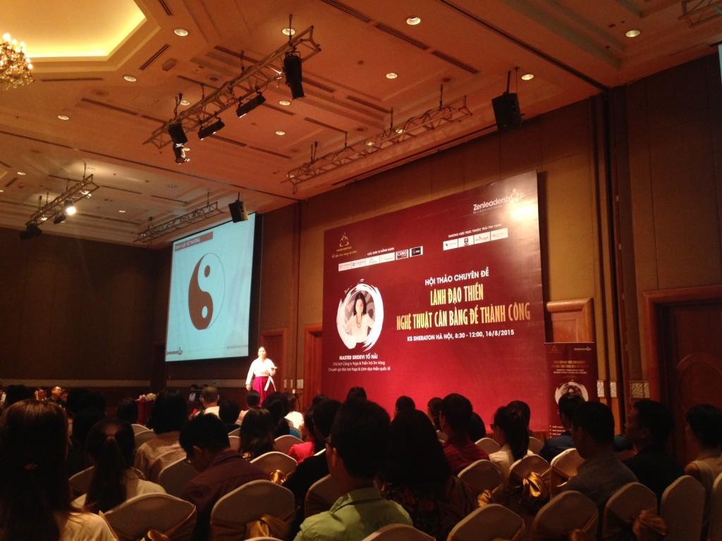 Diễn giả Tố Hải diễn thuyết trước hơn 300 vị quản lý cấp cao tại sự kiện