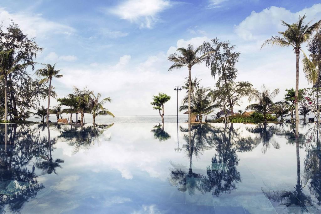 Bể bơi với tầm nhìn giao hòa giữa trời và biển