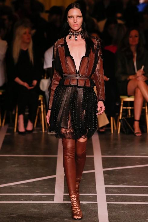 Mariacarla Boscono trên sàn diễn thờ i trang Xuân Hè 2015 của Givenchy