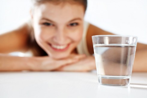 Uống 1 cốc nước trước khi đi ngủ