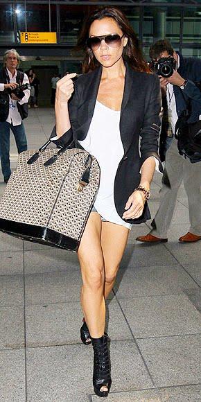 phong cách thời trang của Victoria Beckham với túi xách to