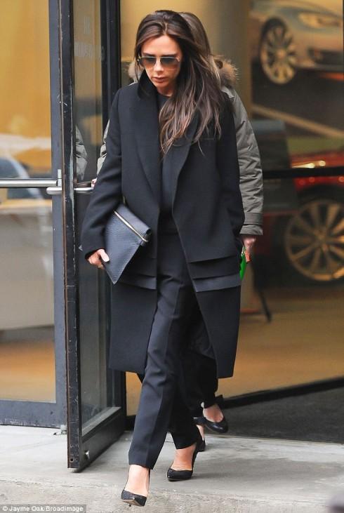 phong cách thời trang Victoria beckham với kính râm đen