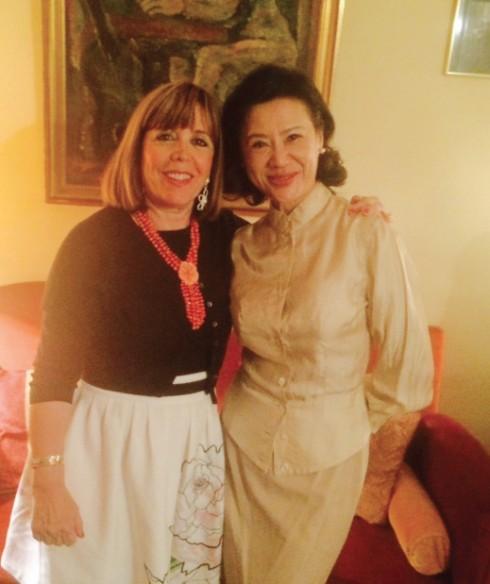 Doanh nhân Anoa cùng bà Joelle Ceccaldi - người đồng hành với dự án Ngôi nhà Việt Nam