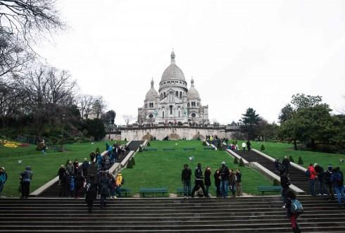 Đồi Montmartre, nơi tập trung của nhiều họa sĩ nổi tiếng với nhà thờ Sacré-Coeur, là một trong những địa điểm thu hút du khách nhất Paris