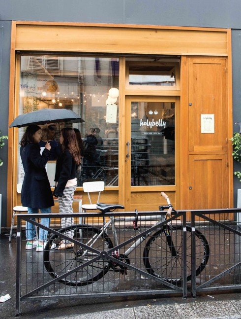 Người Paris có thói quen hẹn hò cuối tuần với bạn bè bên ly cà phê sáng cho dù hôm đó là một ngày mưa