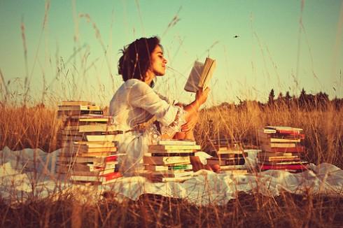 women reading book 490x326 Bằng đại học có phải là bí quyết thay đổi cuộc đời