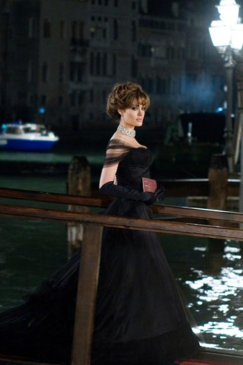 Ấn tượng nhất trong toàn bộ trang phục của Elise , chính là chiếc đầm dạ hội tuyệt đẹp này. NTK Colleen Atwood cùng ê-kíp đã phải mất nhiều tuần mới thực hiện xong chiếc đầm dạ hội được may thủ công nhiều lớp bằng tay rất phức tạp với chất liệu lụa đen và satin cao cấp.