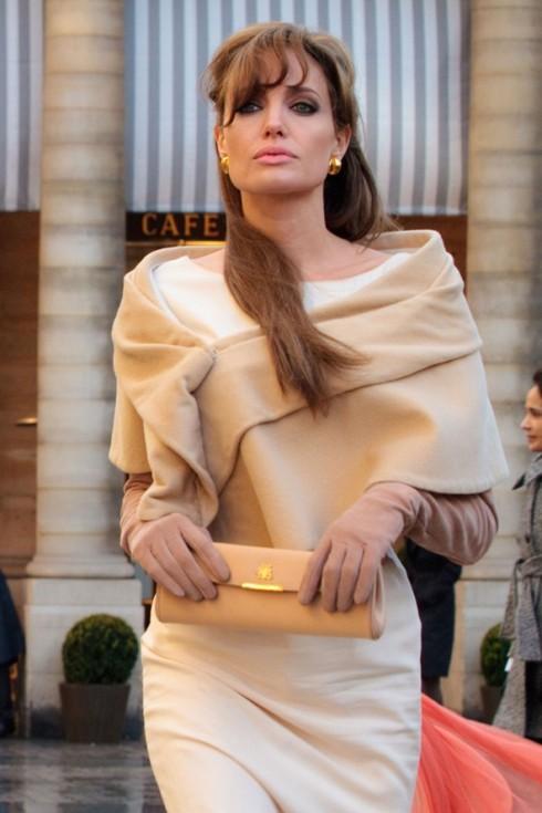 """Chiếc đầm kiểu sheath dress màu camel (lạc đà) and ivory (màu kem) này được lấy cảm hứng từ thiết kế nổi tiếng của Irene Lentz, đã mang lại sự thanh lịch và giúp che tối đa khuyết điểm của người mặc với phần thiết kế được """"biến thể"""" từ chiếc váy dáng ôm quen thuộc."""