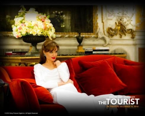 Chiếc đầm dạ hội sử dụng gam màu trắng với chất liệu lụa mềm mại, mang lại nét duyên dáng và trang sức kim cương tạo điểm nhấn toát lên vẻ sang trọng.