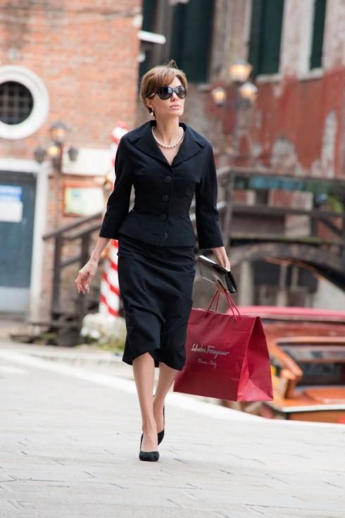 Sắc đen của bộ vest đã làm nổi bật làn da trắng mịn của Angelina Jolie, kết hợp với chuỗi hạt trai cổ điển, mắt kính kiểu Retro khiến cô trông thật hấp dẫn.