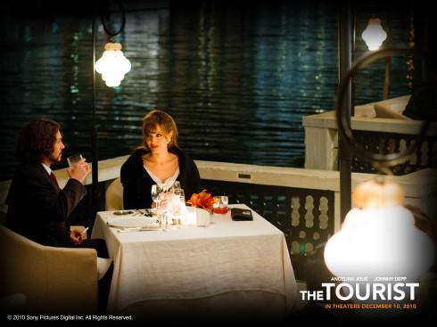 Bữa tối lãng mạn đầy quyến rũ của cặp đôi trong khung cảnh nên thơ giữa Venice êm đềm.