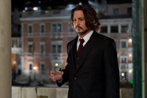 Còn quý ông Johnny Depp lại chọn cho mình bộ vest đen thật lịch lãm.