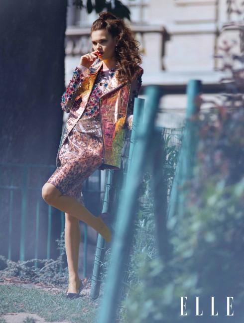 T-shirt Blumarine, Áo khoác và chân váy Wanda Nylon, Giày Christian Louboutin, Hoa tai Hélène Zubeldia