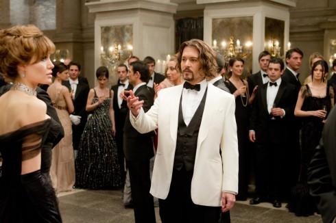 """Trang phục dạ hội của Johnny Depp cũng không kém phần sang trọng, khi sử dụng bộ vest của hãng Savile Row với gam màu đối lập được kết hợp hài hòa giữa áo vest trắng, nơ và ghi-lê đen trở thành """"tâm điểm"""" trong buổi dạ tiệc."""