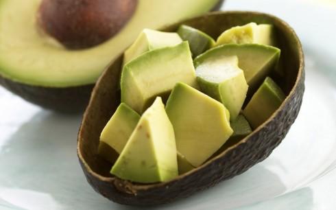 Quả bơ chứa nhiều chất béo tốt cho cơ thể nhưng có lượng calories đến khoảng 300 kcal/ quả