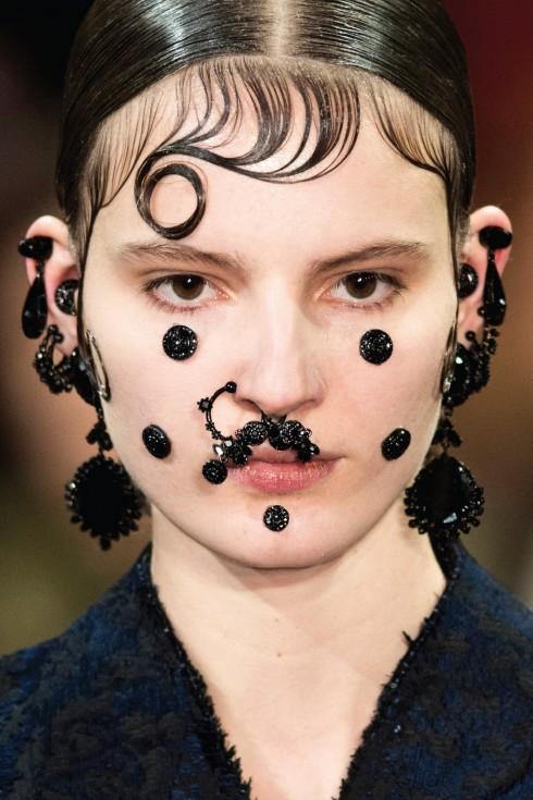 Tạo hình khuôn mặt của người mẫu được đính hạt trang trí kỳ công