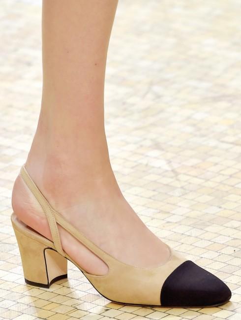 Kiểu giày midi heels cổ điển trở thành món phụ kiện thời thượng.