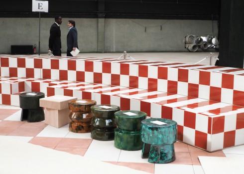 Sàn catwalk được trang trí như bàn cờ với hai không gian liên hoàn.