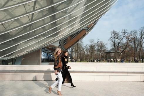 BST Thu-Đông được trình diễn trong không gian pha trộn tính nghệ thuật và hiện đại của bảo tàng Fondation Louis Vuitton.