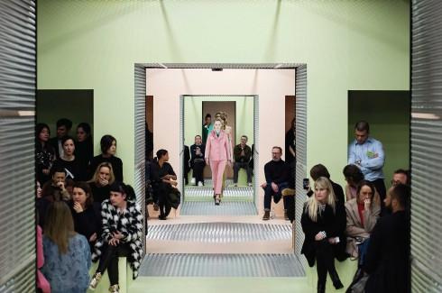 Không gian trình diễn của thương hiệu Prada