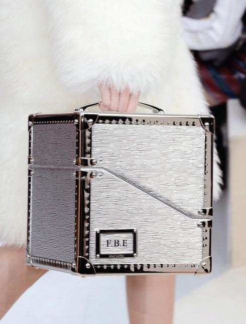 Túi xách cầm tay như một chiếc rương thu nhỏ để cất giữ những món đồ công nghệ.