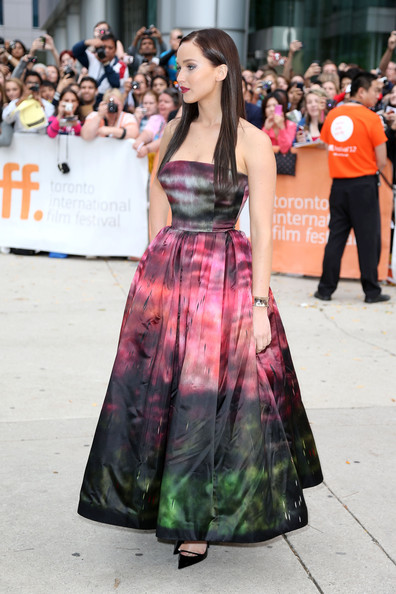 """Thời trang thảm đỏ của Jen khi tham dự lễ ra mắt phim """"Silver Linings Playbook"""" tại Tuần lễ Toronto International Film Festival ở Roy Thomson Hall, Toronto, Canada (8/9/2012)."""