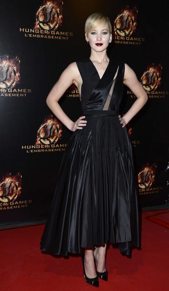 """Thời trang thảm đỏ của Jen trong lễ ra mắt phim """"The Hunger Games: Catching Fire"""" tại Le Grand Rex, Paris, Pháp (15/11/2013)."""