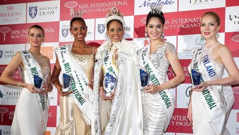 Hoa hâu Quốc tế 2014 (đứng giữa): Valerie Hernandez Matias đến từ Puerto Rico