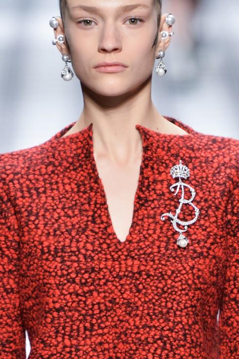 Phụ kiện hoa tai và trâm cài áo Balenciaga
