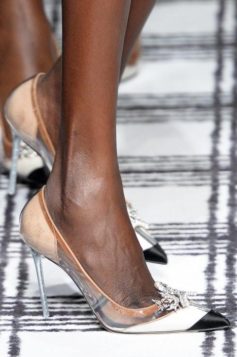 Những đôi giày cao gót trong suốt