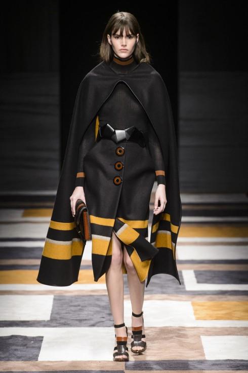 Tâm điểm của bộ sưu tập là những mẫu áo choàng ponchos được mặc theo nguyên lý chui đầu
