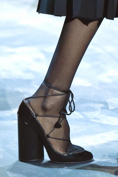 Một mẫu giày buộc dây lạ mắt
