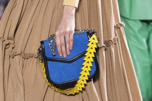 Chi tiết hình học cũng được ứng dụng trên chuỗi dây đeo túi