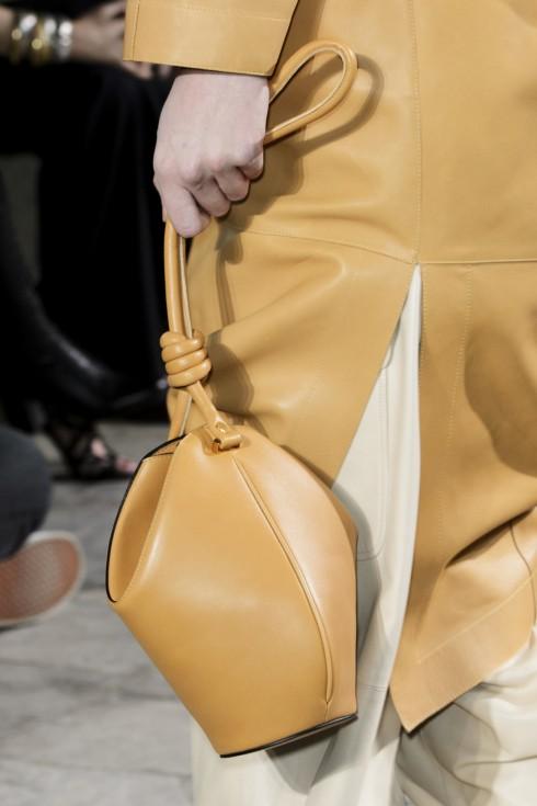 Một chiếc túi da bucket tiệp trang phục