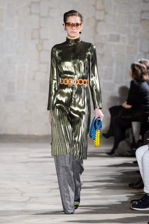 Một mẫu trang phục ánh bạc