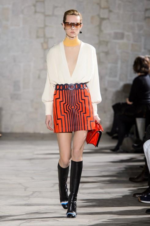 Thiết kế chân váy mini ngắn gợi nhớ thập kỷ 80