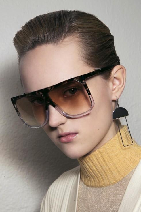 Những mẫu trang sức cách điệu và kính mắt là những gợi ý lựa chọn phụ kiện tiêu biểu.