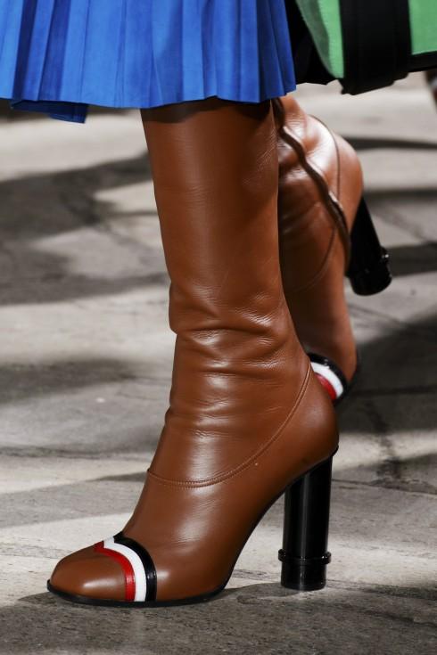 Về giày, những đôi boots cao cổ với phần mũi giày được sơn sọc