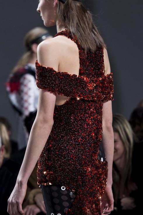 Chất liệu vải giống như vải tweeds nhưng thực chất được tạo nên từ nhiều lớp vải chiffon khâu với nhau