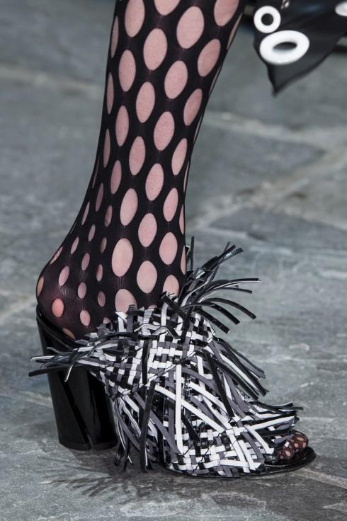 Những đôi giày hở mũi được cách điệu sinh động
