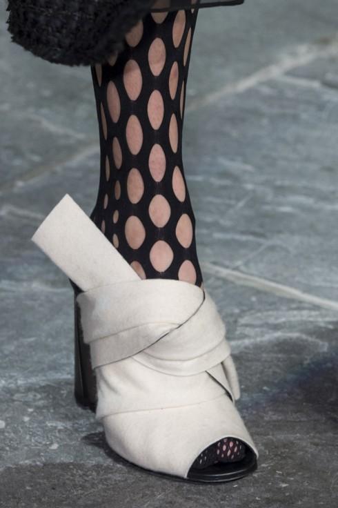 Một đôi giày có thắt nút ở phía trước