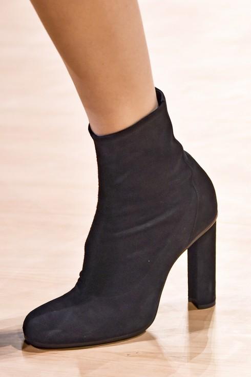 Những đôi boots Thu Đông 2015-16 được thiết kế dáng cao, thấp trên nền chất liệu da dê, da cá sấu, da lộn.