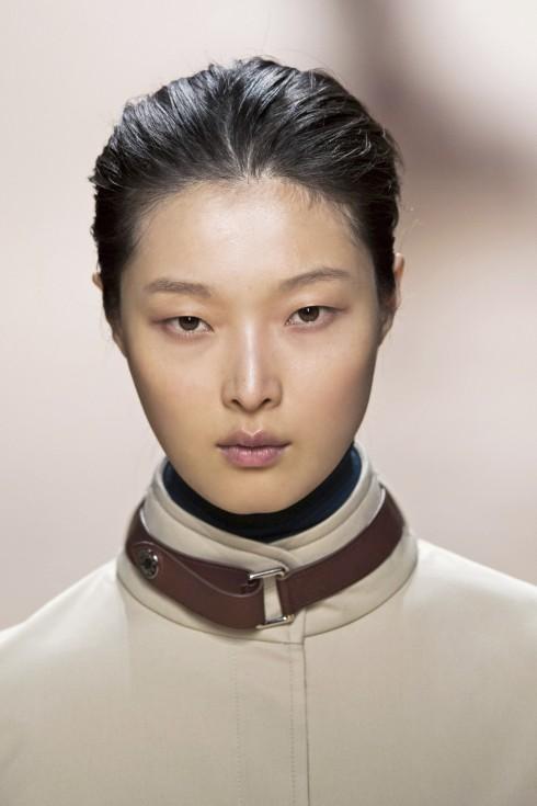 Phong cách trang điểm tự nhiên với điểm nhấn là chiếc vòng cổ bằng da