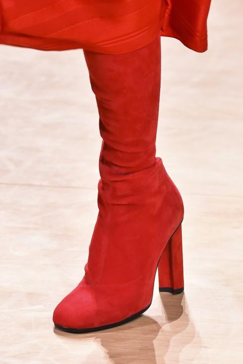 Bốt cao màu đỏ