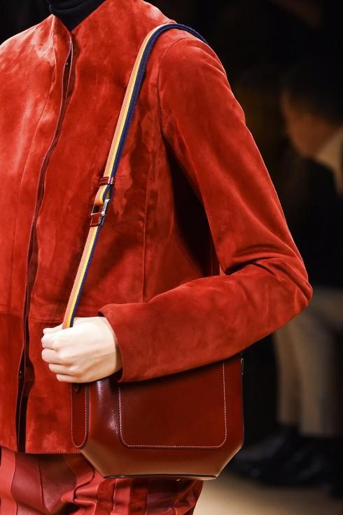 Màu đỏ nhung còn được thể hiện trong trang phục áo khoác