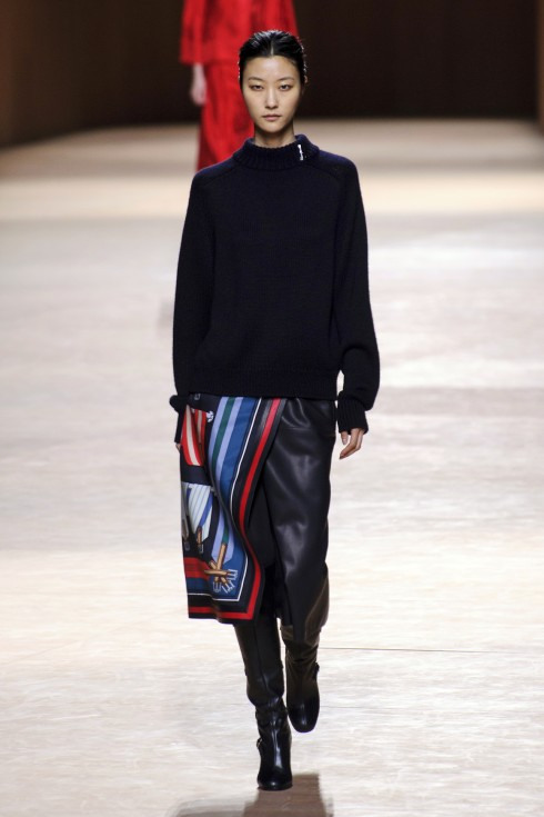 Chiếc khăn lụa in họa tiết Les Sangles được nhà thiết kế Nadège Vanhee-Cybulski tái sử dụng làm vạt chân váy quấn quanh eo lạ mắt