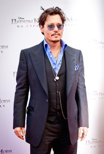 Johnny Depp - Tuổi: 51. Anh vừa kết hôn với nữ diễn viên Ambert Heard trong năm 2015, đám cưới diễn ra trên bãi biển Bahamas. Các tác phẩm điện ảnh gần đây: Yoga Horses, Black Mass và đặc biệt là bộ phim London Fields, anh đóng chung với cô vợ Amber.