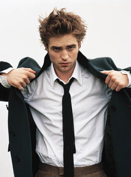 Robert Pattinson - Tuổi: 28. Anh đang hẹn hò với nữ ca sĩ – soạn nhạc người Anh, FKA Twigs. Dự án điện ảnh: The Childhood of a Leader vào năm 2016.