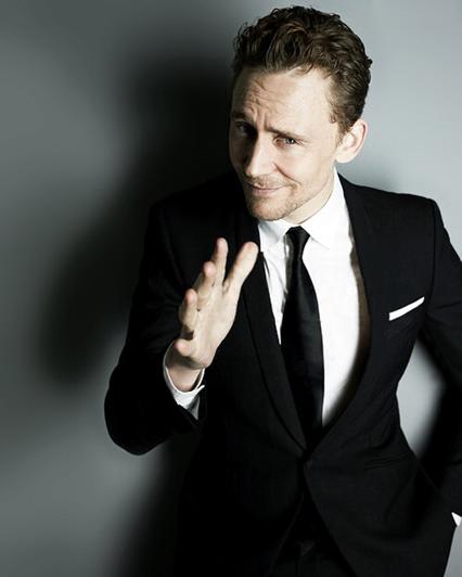 Tom Hiddleston - Tuổi: 34. Có lẽ anh đang hẹn hò với cô nàng đồng nghiệp xinh đẹp, Elizabeth Olsen. Mặc dù vẫn chưa rõ có phải là thật hay không, nhưng các phóng viên đã nhiều lần bắt gặp họ đi ăn tối và ngồi chung xe hơi với nhau. Dự án điện ảnh: trong năm vừa qua, anh đã tham gia 6 bộ phim và trong năm này tiếp tục cho ra mắt 3 bộ phim nữa: Crimson Peak, High Rise, I Saw the Light. Anh sẽ tiếp tục vào vai Loki trong các tác phẩm điện ảnh của Marvel.